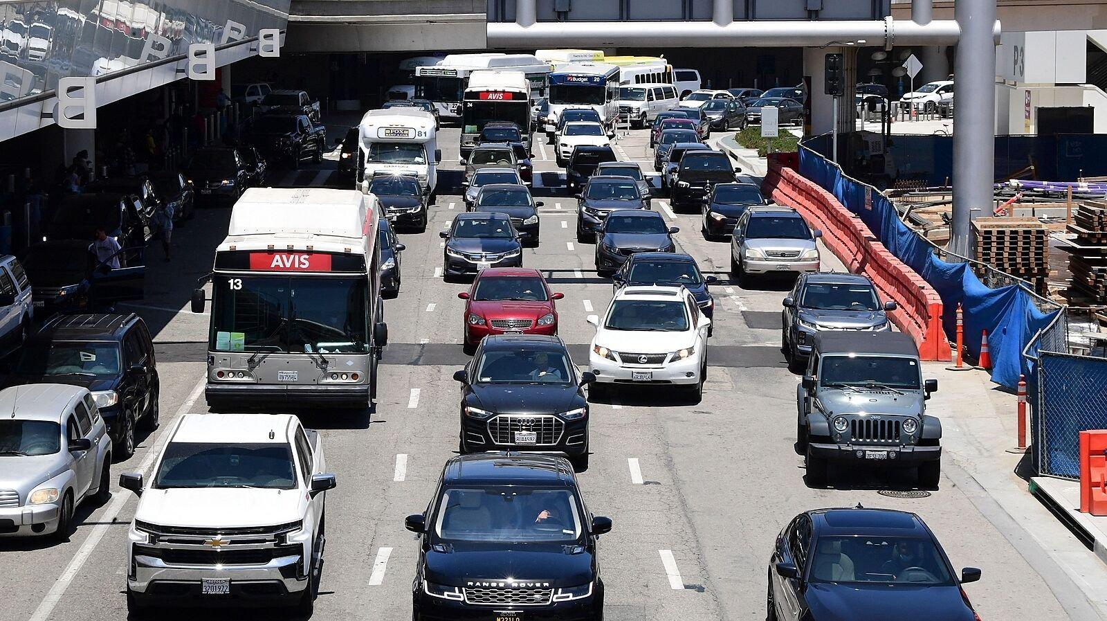 洛杉矶国际机场在 Memorial Day 前出现 2021 最高的旅游人数,比去年增长 60%