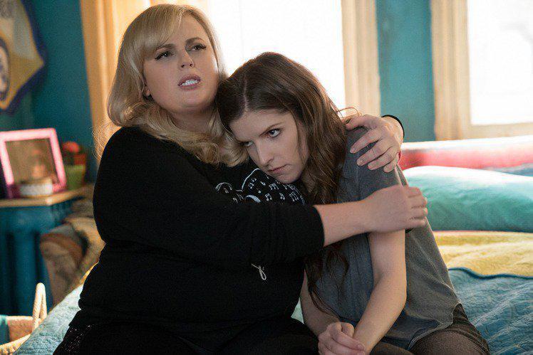以《歌喉赞》系列电影闯出名号的女星瑞贝尔威尔森(左),多年来许多影迷一直都把她与...