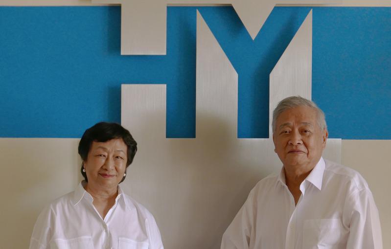 企业家江家駦、李佩珍夫妇白手起家从事鞋类进口和仓储服务。(记者李雪/摄影)